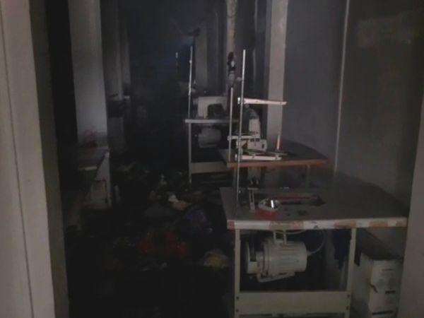 आग लगने के कारण सिलाई मशीनें और अन्य सामान जल गया। - Dainik Bhaskar