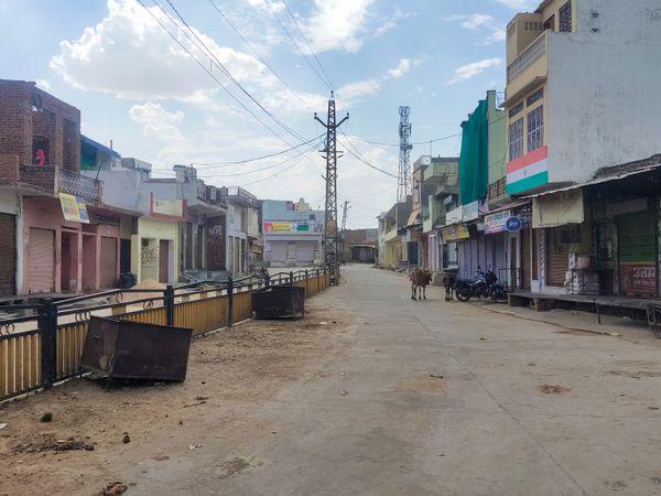 आवां कस्बे की सड़कों पर पसरा सन्नाटा। - Dainik Bhaskar