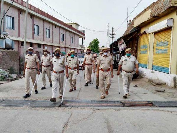 करौली के कैलदेवी में बंद बाजारों के बीच पुलिस का मार्च। - Dainik Bhaskar