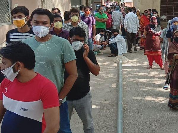 जिला अस्पताल के पास टीका लगवाने पहुंचे 18 प्लस की लम्बी लाइन। - Dainik Bhaskar
