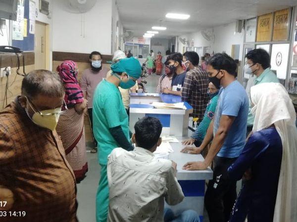 सानिया अस्पताल में मरीजों के परिजन।