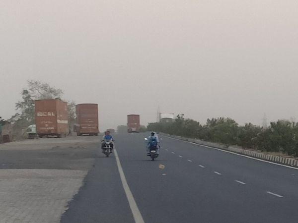 हवाओं के बीच आसमान में बादलों की आवाजाही जारी। - Dainik Bhaskar