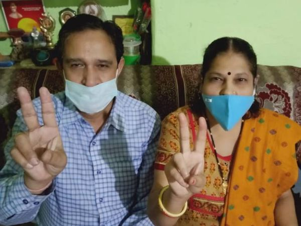 कोरोना को हराने वाले डॉ एके चौधरी और उनकी पत्नी। - Dainik Bhaskar