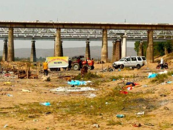 नर्मदा घाट होशंगाबाद पर अंतिम संस्कार के बाद पड़े पीपीई किट और अन्य सामान। - Dainik Bhaskar