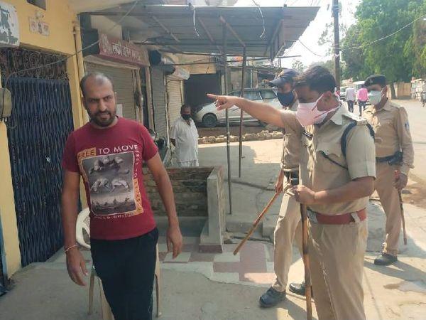 नियम तोड़ने वालों को समझाइश देती पुलिस - Dainik Bhaskar