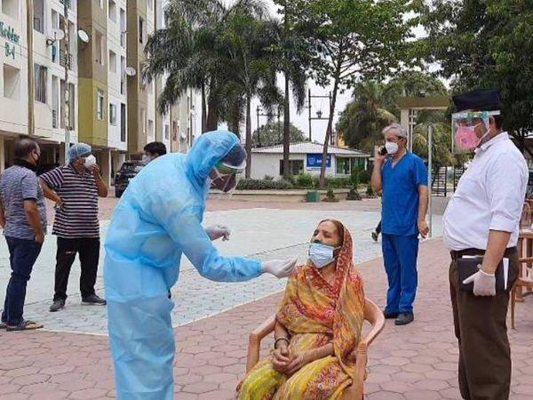 स्वयंसेवकों ने कामकाजी महिलाओं की स्क्रीनिंग और कोरोना का रैपिड टेस्ट किया। - Dainik Bhaskar