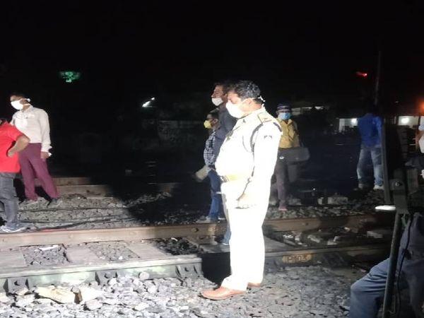 हादसे के बाद मौके पर पहुंचे आरपीएफ जवान और रेलवे के तकनीकी कर्मी।