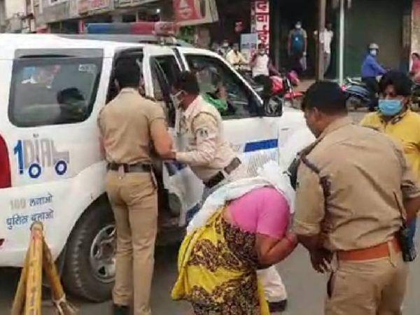 कोलार में मां की मिन्नतों के बाद भी बेटे को पुलिसकर्मी ले गए थाने। (फाइल फोटो) - Dainik Bhaskar
