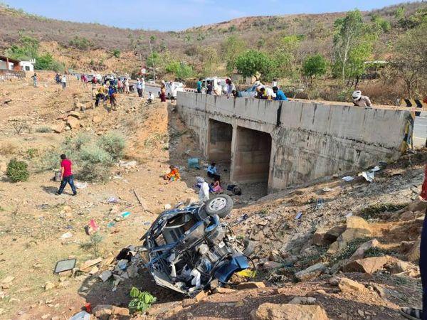 पुल से नीचे गिरने के बाद कार पूरी तरह चकनाचूर हो गई। - Dainik Bhaskar