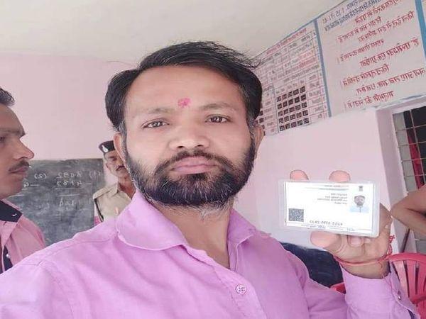 आधार कार्ड दिखाता आरोपी मंटू सोनी। - Dainik Bhaskar