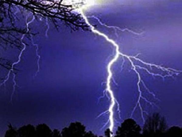 शाम को निर्माणाधीन घर के पास आकाशीय बिजली गिरी और एक ही परिवार के तीन लोगों की मौत हो गई। (प्रतीकात्मक फोटो) - Dainik Bhaskar
