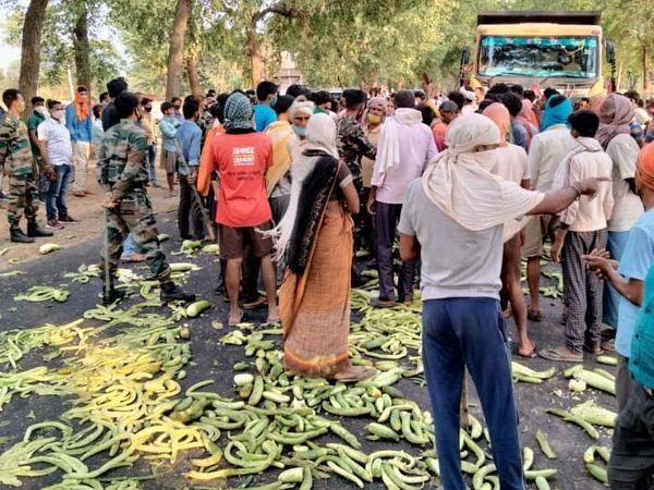 पुलिस की सख्ती से नाराज सब्जी विक्रेताओं ने अपनी सब्जियों को सड़क पर फेंक दिया और रोड जाम कर दिया। - Dainik Bhaskar