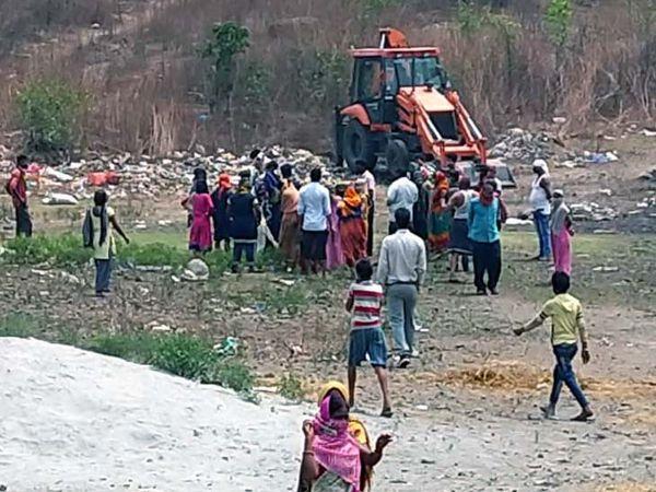पुलिस-प्रशासन ने शव को बाहर निकालने के लिए JCB भी मंगा ली पर बाद में लाश के ऊपर और मिट्टी डाल दबा दिया गया।
