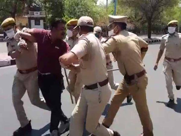 पावटा चौराहे पर बगैर मास्क मिले इस युवक को पुलिस ने इस तरह पकड़ एक एम्बुलेंस में डाल दिया। - Dainik Bhaskar