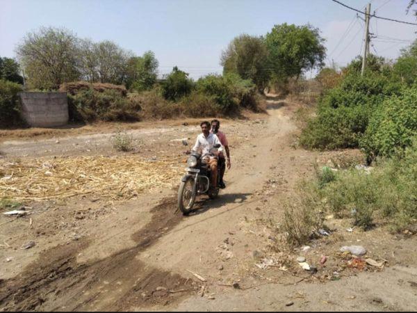 गांव के प्रतिबंंधित रास्ते से बिना मास्क के आवाजाही करते लोग। - Dainik Bhaskar