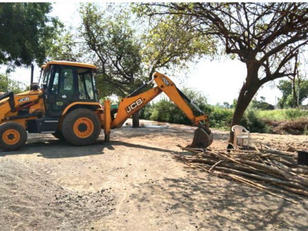 गांव के मुख्य मार्ग पर वाहन खड़े कर आवाजाही प्रतिबंधित की है। - Dainik Bhaskar