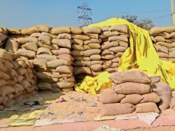 उतई के खरीदी केंद्र में भी बड़ी मात्रा मं धान डंप है। यहां कई बारियां फट चुकी है, धान बिखरा भी हुआ है। - Dainik Bhaskar
