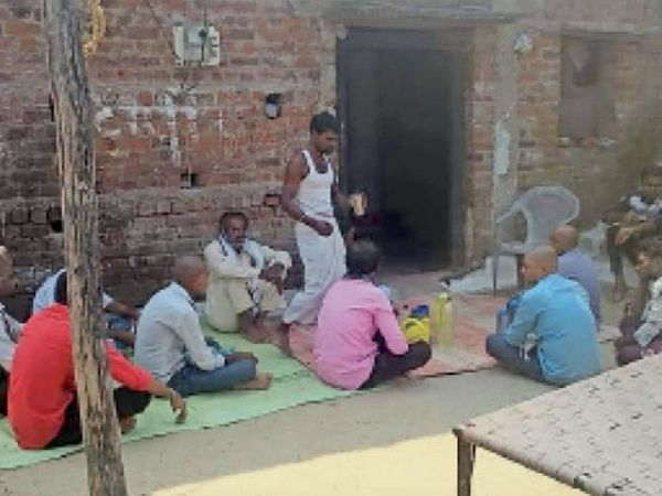 हैंडपंप का पानी लेने के लिए आरोपी के घर लोग पहुंचते थे। - Dainik Bhaskar