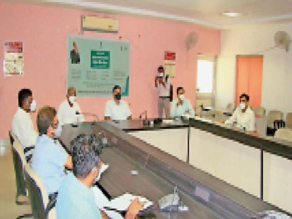 बाड़मेर, समीक्षा बैठक लेते राजस्व मंत्री चौधरी व विधायक जैन। - Dainik Bhaskar