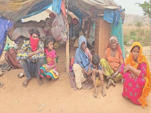 खेतड़ी नगर, भूख से बिलखते बच्चों के साथ बैठा कालबेलिया परिवार। - Dainik Bhaskar