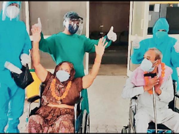 टोहाना|कोरोना से जंग जीतने वाले दंपती को घर के लिए हंसी खुशी विदा करते आरएमसी कोविड हेल्थ सेंटर के स्टाफ। - Dainik Bhaskar