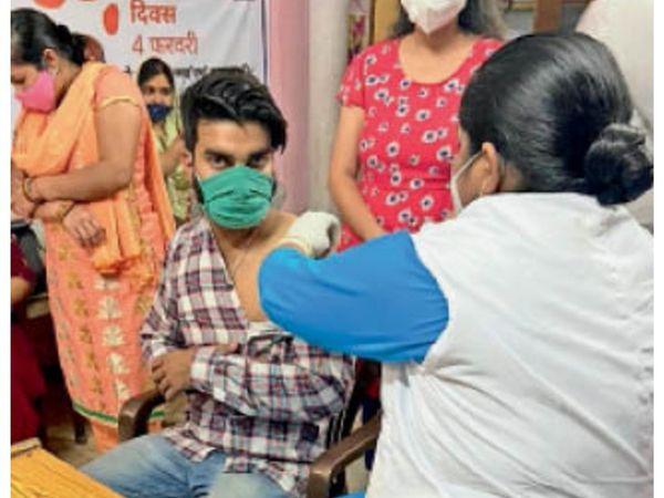 पानीपत. वैक्सीन सेंटर पर युवा को - Dainik Bhaskar