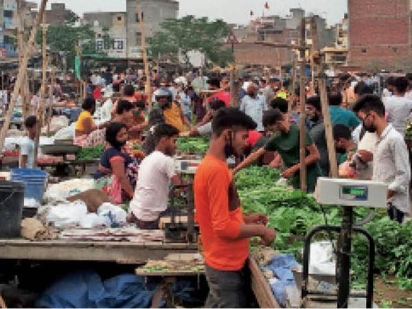 अनाज मंडी के पीछे आजाद नगर रेलवे फाटक के पास अस्थाई सब्जी मंडी में शाम 6:45 बजे के बाद भी भीड़ लगी रही। लॉकडाउन की घोषणा के बाद भीड़ का हुजुम सब्जी में नजर आया। यहां सब्जी मंडी कम, कोरोना की मंडी ज्यादा लग रही थी। सरकारी आदेशानुसार सब्जी मंडी सुबह 5:00 से 11:00 तक भी चल सकती है। बावजूद इसके आजाद नगर फाटक वाली सब्जी मंडी को देखने वाला कोई नहीं। - Dainik Bhaskar