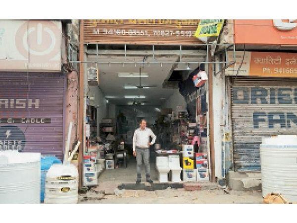 पानीपत. दुकान खोलकर काम करता रुद्रा सेनिटरी हाउस का मालिक कुनाल बंसल। अन्य दुकानदारों के विरोध के बाद उसने दुकान बंद की। - Dainik Bhaskar