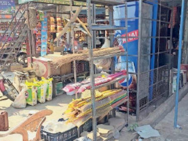 सनौली खुर्द में किराना की दुकान के बाहर किया गया अवैध कब्जा। - Dainik Bhaskar