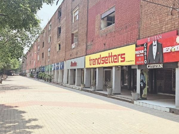 वीकएंड लाॅकडाउन के कारण रविवार को प्लाजा में बंद रही दुकानें। - Dainik Bhaskar
