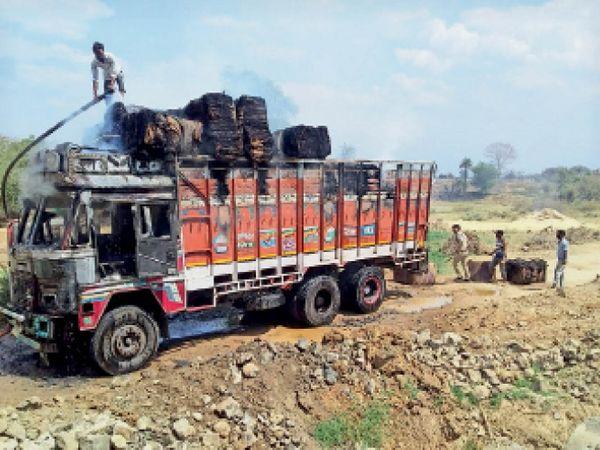 ग्रामीणों व फायर फायटर की मदद से आग पर काबू पाया - Dainik Bhaskar