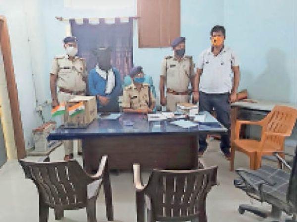 बरामद की गई मूर्ति व गिरफ्तार युवकों के साथ जानाकरी देती पुलिस। - Dainik Bhaskar