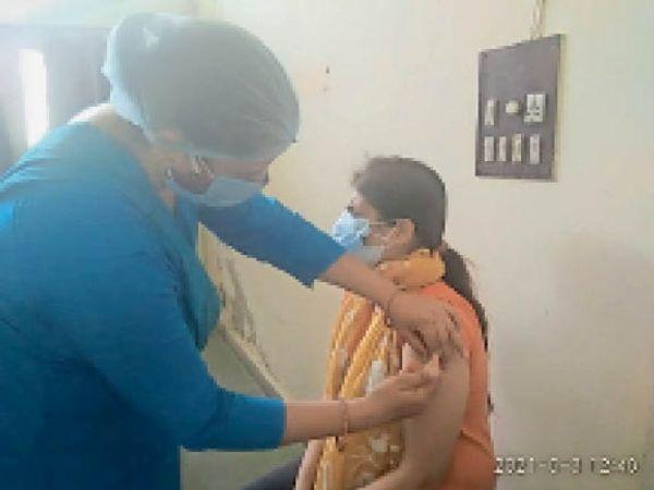 भिवानी. चौ.बंसीलाल नागरिक अस्पताल  में वैक्सीन लगवाती महिला। - Dainik Bhaskar