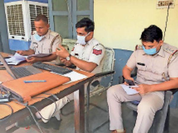 भिवानी। चाै.बंसीलाल नागरिक अस्पताल स्थित पुलिस चाैकी में कलिंगा में युवक के मर्डर मामले में कार्रवाई करती पुलिस। - Dainik Bhaskar