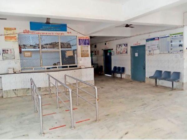 ओपीडी सेवा ठप रहने के कारण निबंधन काउंठर के पास पसरा सन्नाटा। - Dainik Bhaskar