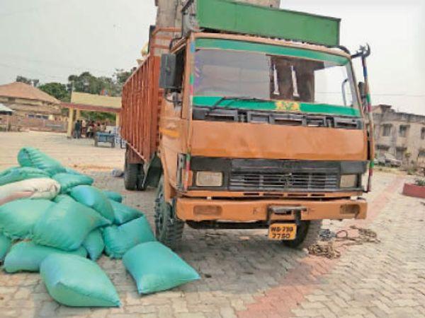 सरिसबपाही से शराब के कार्टन के साथ जब्त ट्रक। - Dainik Bhaskar