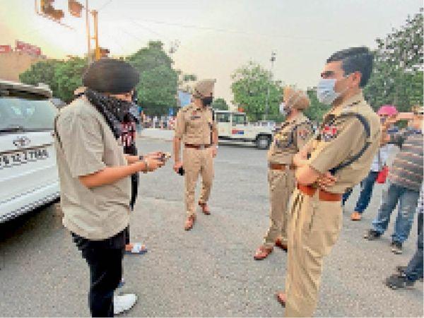 बाहर घूमने वालों के काटे चालान - Dainik Bhaskar