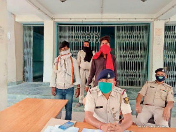 गिरफ्तार लुटेरा के संबंध में जानकारी देते थानाध्यक्ष। - Dainik Bhaskar