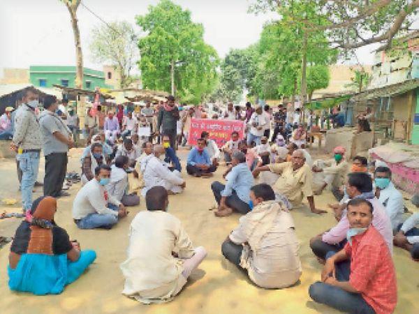 विधायक पर हमले के विरोध में उजियारपुर प्रखंड के गांवपुर चौक पर दलसिंहसराय-समस्तीपुर सड़क जाम कर प्रदर्शन करते समर्थक। - Dainik Bhaskar