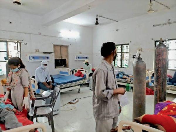 सदर अस्पताल के इमरजेंसी में ऑक्सीजन सपोर्ट पर मरीज। - Dainik Bhaskar