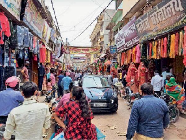 पुपरी बाजार में खरीददारी करने के लिए जुटी लोगों की भीड़। - Dainik Bhaskar