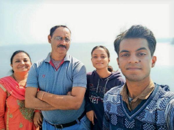 पत्नी शोभिता, बच्चे श्रेया और मधुसुदन के साथ रामप्रकाश तिवारी। - Dainik Bhaskar