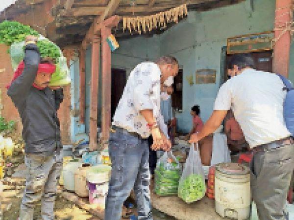 संक्रमित मरीजों को भोजन पहुंचाने का काम करा रहे युवा। - Dainik Bhaskar