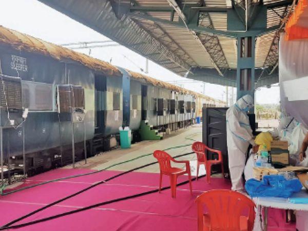 ट्रेन के सामने टेंट में 'अस्थायी हॉस्पिटल' भी, जहां 24 घंटे डॉक्टर और मेडिकल टीम रहती है। - Dainik Bhaskar