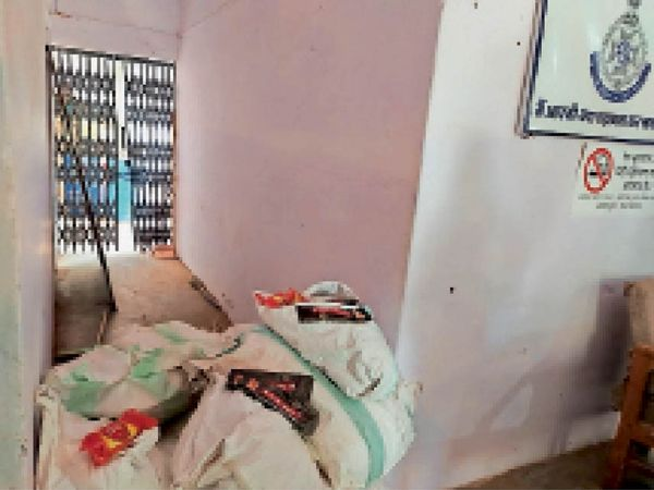 सबलगढ़ पुलिस द्वारा संतर नंबर 3 से जब्त गुटखा पाउच के बोरे। - Dainik Bhaskar