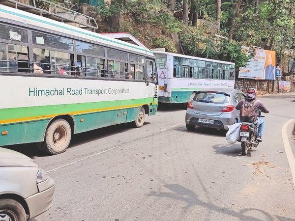छोटा शिमला में यात्रियों के लिए खड़ी एचआरटीसी की दो बसें। - Dainik Bhaskar