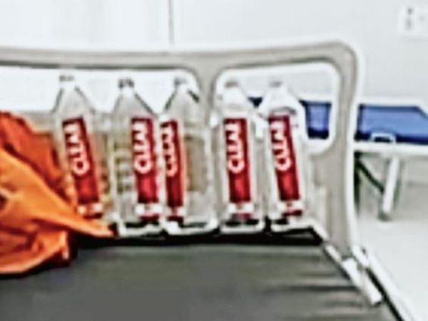 वीडियो बनाने वाले मरीज के बेड पर रखी पानी की बोतलें - Dainik Bhaskar