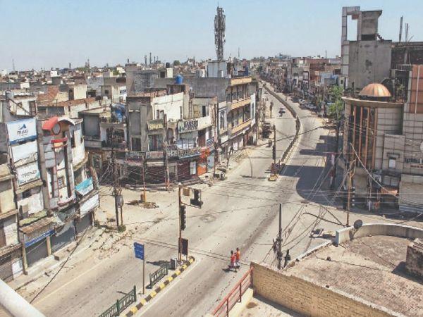 लॉकडाउन के दौरान खाली पड़ा हर समय व्यस्त रहने वाला बस्ती अड्डा चौक। - Dainik Bhaskar
