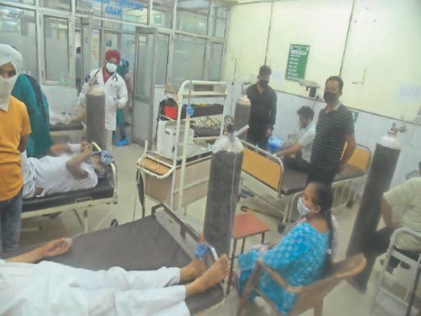 सिविल अस्पताल में मरीज को कुर्सी पर बैठा ऑक्सीजन लगाई गई। - Dainik Bhaskar