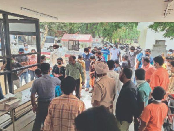 सिविल अस्पताल में सैंपलिंग के लिए लगी लोगों की भीड़। - Dainik Bhaskar